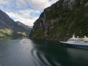 Statek MSC Poesia - wyjście z portu Geiranger